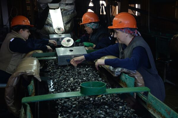 Băng tải của nhà máy ngọc lục bảo tại Công ty Cổ phần Mariinsky Priisk ở tỉnh Sverdlovsk - Sputnik Việt Nam