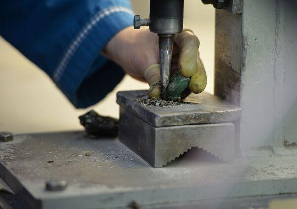 Làm sạch và mài ngọc lục bảo tại nhà máy của Công ty Cổ phần Mariinsky Priisk ở tỉnh Sverdlovsk - Sputnik Việt Nam