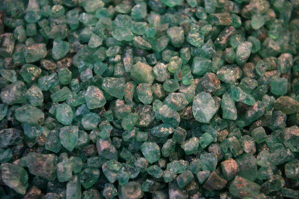 Những viên ngọc lục bảo khai thác tại mỏ Mariinsky Priisk ở tỉnh Sverdlovsk - Sputnik Việt Nam