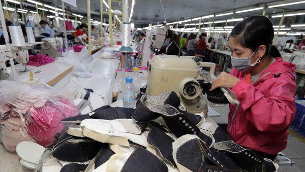 May giầy xuất khẩu tại Công ty TNHH Hóa dệt Hà Tây, huyện Hoài Đức, Hà Nội.  - Sputnik Việt Nam