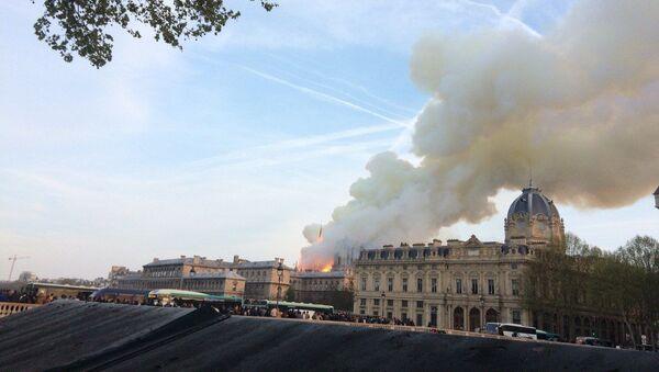 Cháy lớn tại Nhà thờ Đức Bà Paris - Sputnik Việt Nam