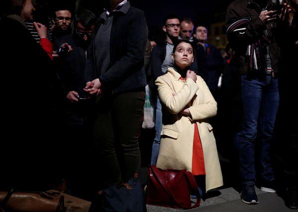 Mọi người nhìn đám cháy ở Nhà thờ Đức Bà Paris - Sputnik Việt Nam