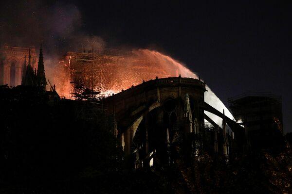 Chữa cháy ở Nhà thờ Đức Bà Paris  - Sputnik Việt Nam