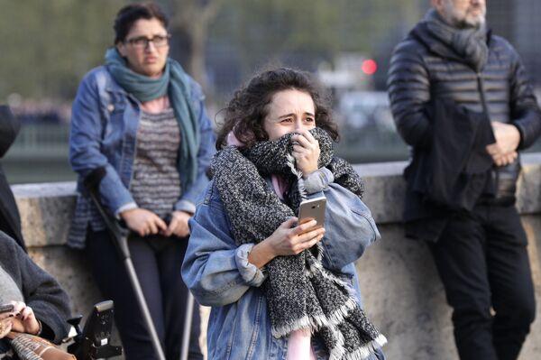 Cô gái phát khóc khi nhìn đám cháy trong Nhà thờ Đức Bà Paris  - Sputnik Việt Nam