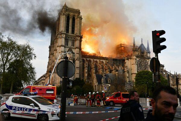 Cảnh đám cháy ở Nhà thờ Đức Bà Paris, nhìn từ trên xuống - Sputnik Việt Nam