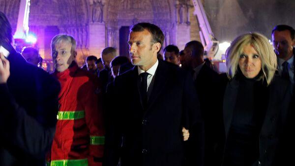 Tổng thống Pháp Emmanuel Macron và phu nhân tại địa điểm xảy ra hỏa hoạn ở Nhà thờ Đức Bà Paris - Sputnik Việt Nam