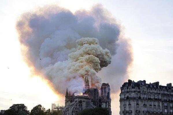 Khói bốc lên từ đám cháy ở Nhà thờ Đức Bà Paris - Sputnik Việt Nam