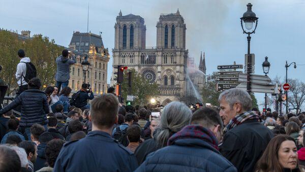 Mọi người tụ tập gần Nhà thờ Đức Bà Paris, nơi xảy ra đám cháy lớn - Sputnik Việt Nam