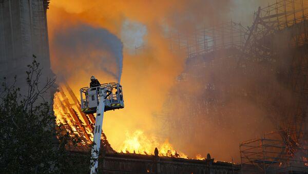 Lính cứu hỏa chữa cháy ở Nhà thờ Đức Bà Paris - Sputnik Việt Nam