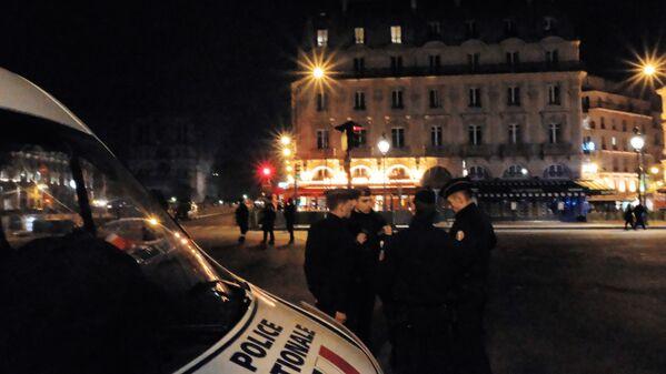 Các nhân viên cảnh sát tại nơi chữa cháy ở Nhà thờ Đức Bà Paris - Sputnik Việt Nam