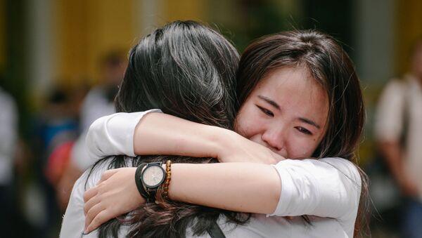 Hai cô gái ôm nhau khóc nức nở giữa sân trường  - Sputnik Việt Nam