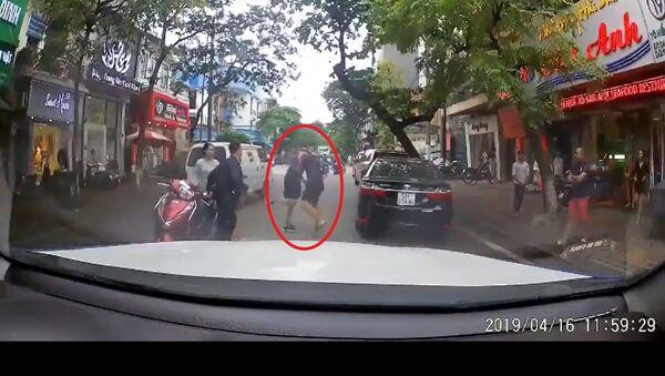 Quay đầu không xi nhan, tài xế bị 2 thanh niên đánh tới tấp - Sputnik Việt Nam