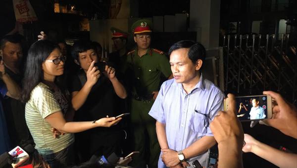 Cục trưởng Cục Quản lý chất lượng, Bộ GD&ĐT trao đổi với báo chí giữa đêm khi những tiêu cực tại Sơn La bắt đầu lộ diện vào tháng 7/2018 - Sputnik Việt Nam