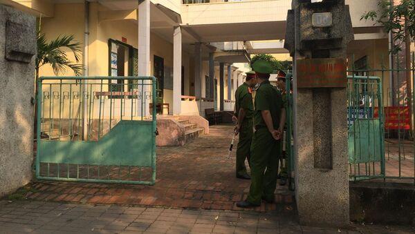 Khu vực toà án nơi diễn ra phiên xét xử được bố trí lực lượng an ninh từ sớm - Sputnik Việt Nam