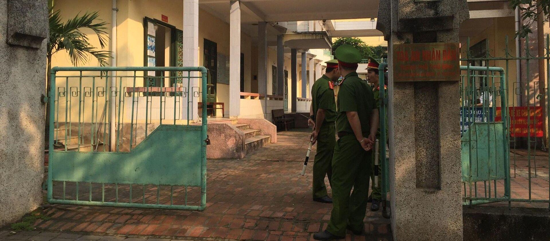 Khu vực toà án nơi diễn ra phiên xét xử được bố trí lực lượng an ninh từ sớm - Sputnik Việt Nam, 1920, 19.04.2019