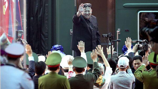 Лидер КНДР Ким Чен Ын у своего поезда во Вьетнаме - Sputnik Việt Nam