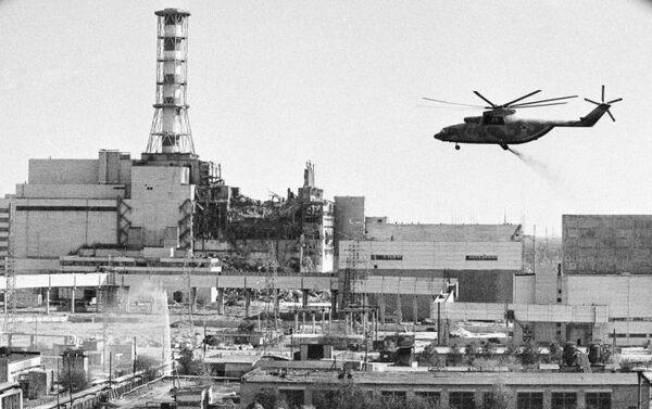 Trực thăng đang khử nhiễm các tòa nhà của nhà máy điện hạt nhân Chernobyl sau vụ tai nạn. - Sputnik Việt Nam