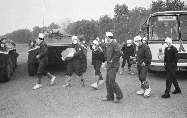 Các chuyên gia hạt nhân được cử đến nhà máy điện hạt nhân Chernobyl để loại bỏ hậu quả vụ tai nạn. - Sputnik Việt Nam