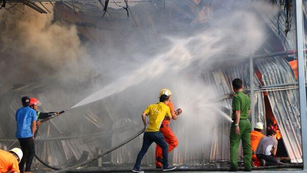 Bình Dương : Cháy lớn tại một công ty trong khu công nghiệp Mỹ Phước 2 của thị xã Bến Cát - Sputnik Việt Nam