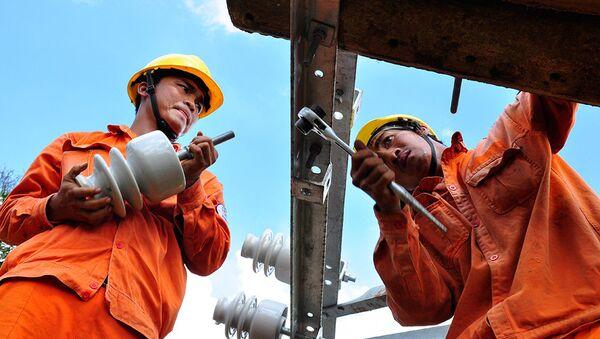 Kỹ sư EVN sửa chữa lưới điện - Sputnik Việt Nam