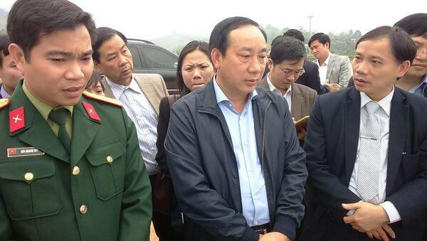 Thứ trưởng Nguyễn Hồng Trường và Phó Chủ tịch UBND tỉnh Hòa Bình Bùi Văn Khánh trao đổi về những khó khăn, vướng mắc trong quá trình triển khai Dự án tại hiện trường - Sputnik Việt Nam