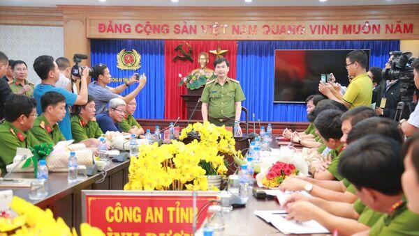 Giám đốc Công an tỉnh Bình Dương Trịnh Ngọc Quyên chủ trì buổi họp công bố thông tin ban đầu về vụ thảm sát  - Sputnik Việt Nam