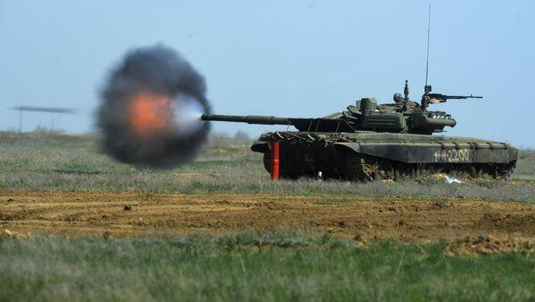 Xe tăng T-90 trong cuộc tập trận của các đơn vị súng trường, xe tăng và pháo binh của lữ đoàn súng trường cơ giới thứ 20 lực lượng vũ trang tổng hợp số 8 tại thao trường Prudboy ở tỉnh Volgograd - Sputnik Việt Nam