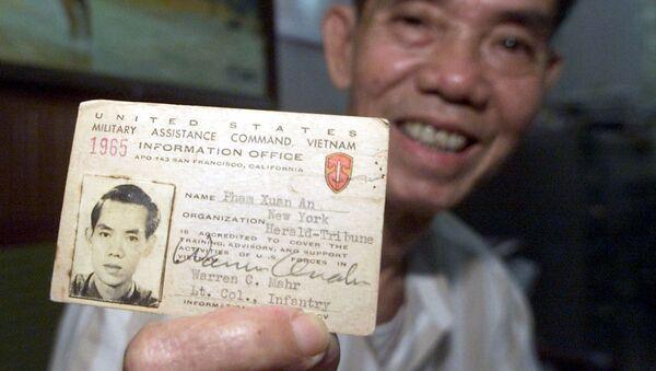Điệp viên huyền thoại Phạm Xuân Ẩn với tấm thẻ nhà báo - Sputnik Việt Nam
