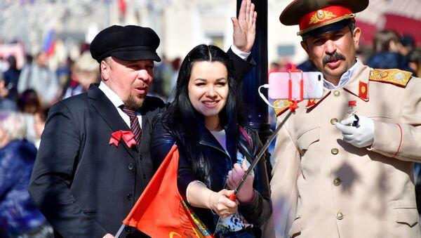 Trên phố Nikolskaya ở Matxcơva, cô gái chụp ảnh chung với các nghệ sĩ đường phố đóng vai V. I. Lenin và I. V. Stalin - Sputnik Việt Nam