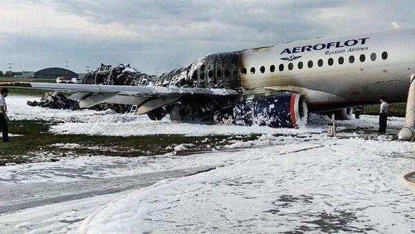 Máy bay chở khách bốc cháy ở sân bay Moskva - Sputnik Việt Nam