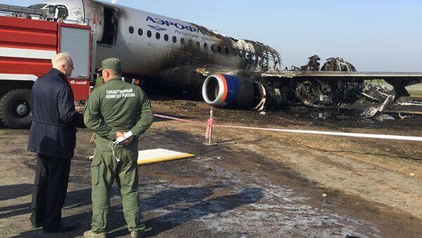 Chủ tịch Ủy ban điều tra Liên bang Nga Alexander Bastrykin (trái) bên chiếc máy bay bị cháy của Hãng Aeroflot, Sukhoi Superjet-100, sân bay Sheremetyevo - Sputnik Việt Nam