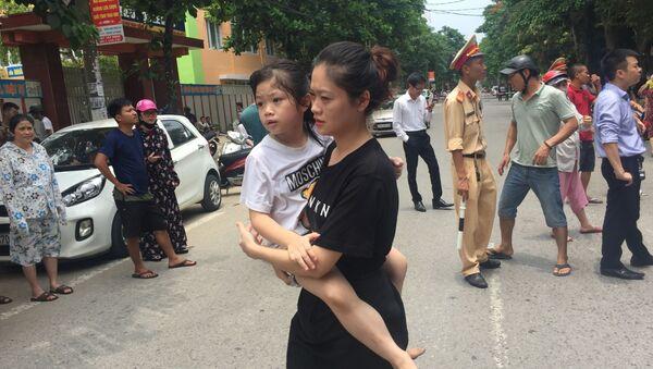 Một phụ huynh đón được con ra về.  - Sputnik Việt Nam