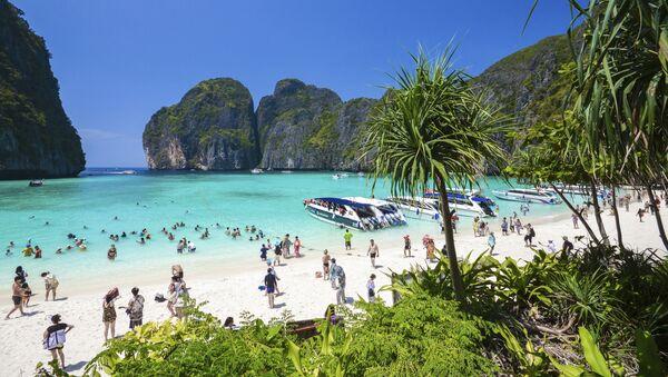 Khách du lịch tại bãi biển vịnh Maya trên quần đảo Phi Phi ở Thái Lan. Vịnh đã trở nên vô cùng nổi tiếng đối với khách du lịch trên toàn thế giới sau khi phát hành bộ phim Bãi biển với Leonardo DiCaprio trong vai chính. - Sputnik Việt Nam