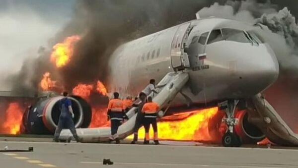 Xuất hiện clip quay cảnh phi công lọt vào chiếc phi cơ SSJ-100 đang bốc cháy - Sputnik Việt Nam