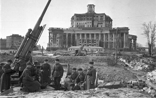 Trận đánh bảo vệ Moskva. Tháng 11 năm 1941. Súng phòng không trước Nhà hát Quân đội Liên Xô.  - Sputnik Việt Nam