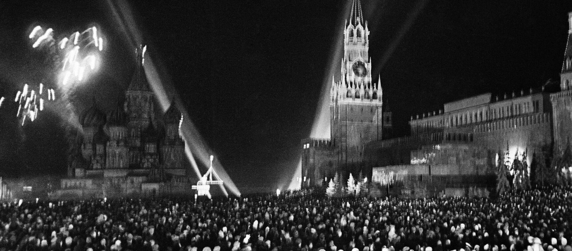 Pháo hoa chào mừng kỷ niệm Ngày Chiến thắng năm 1945  - Sputnik Việt Nam, 1920, 03.06.2019