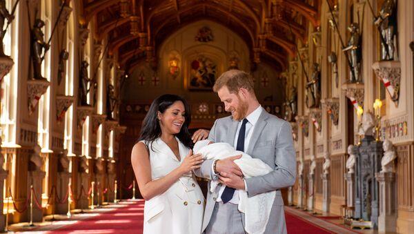 Hoàng tử Anh Harry và công nương Meghan đã tổ chức buổi chụp ảnh ở lâu đài Windsor, khoe con trai đầu lòng với cả thế giới - Sputnik Việt Nam