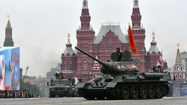 Diễu binh kỷ niệm 74 năm Chiến thắng trong Chiến tranh Vệ quốc Vĩ đại 1941-1945. Xe tăng T-34-85 - Sputnik Việt Nam