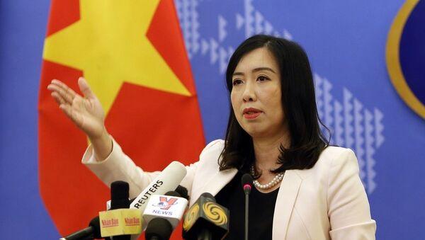 Người Phát ngôn Bộ Ngoại giao Lê Thị Thu Hằng chủ trì buổi họp báo.  - Sputnik Việt Nam