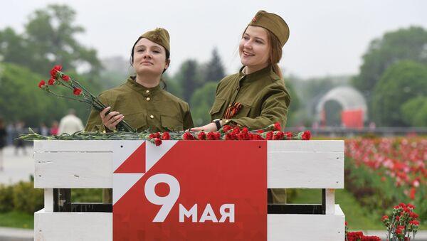 Các cô gái mặc quân phục trong lễ hội Ngày Chiến thắng tại Công viên Văn hóa mang tên Gorky ở Matxcơva.  - Sputnik Việt Nam