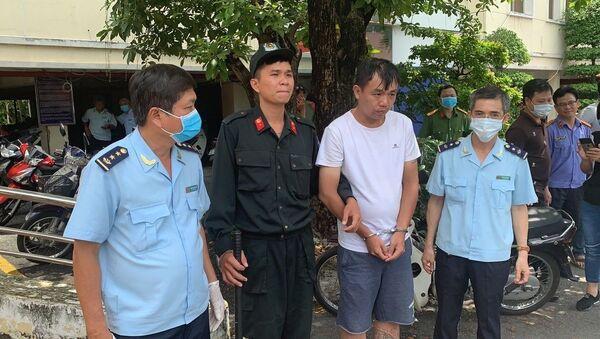 Liu Minh Yang (quốc tịch Đài Loan, áo trắng) là đối tượng chủ mưu bị lực lượng chức năng bắt giữ.  - Sputnik Việt Nam