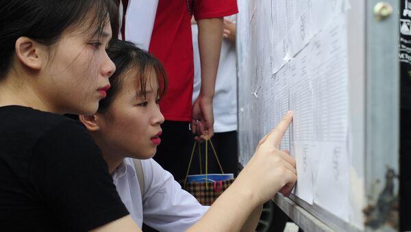 Những thí sinh dò điểm thi - Sputnik Việt Nam