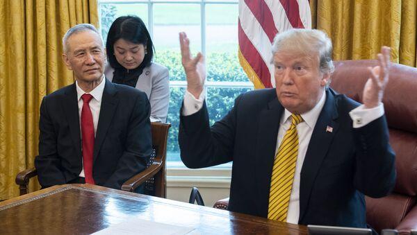 Tổng thống Mỹ Donald Trump tiếp Phó thủ tướng Trung Quốc Lưu Hạc tại Washington, năm 2019 - Sputnik Việt Nam