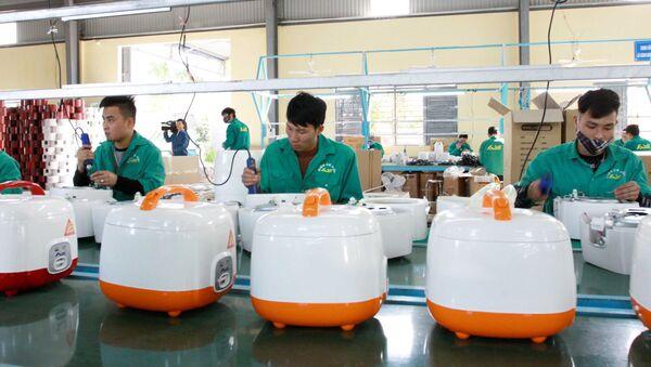 Sản xuất đồ điện gia dụng tại Công ty TNHH Điện cơ AIDI Khu công nghiệp Gia Lễ ,thị trấn Đông Hưng, tỉnh Thái Bình.  - Sputnik Việt Nam