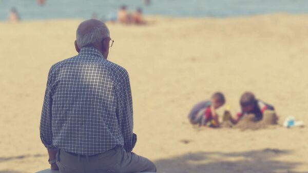 Người đàn ông cao tuổi trên bãi biển - Sputnik Việt Nam