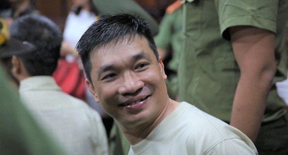 Mỉm cười  Văn Kính Dương  ngay khi chuẩn bị tâm lý đến tòa để nghe tuyên án.