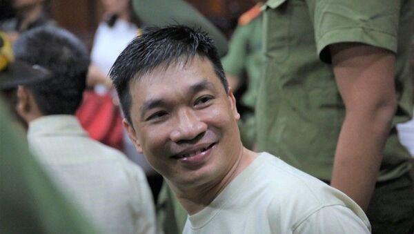 Mỉm cười  Văn Kính Dương  ngay khi chuẩn bị tâm lý đến tòa để nghe tuyên án. - Sputnik Việt Nam