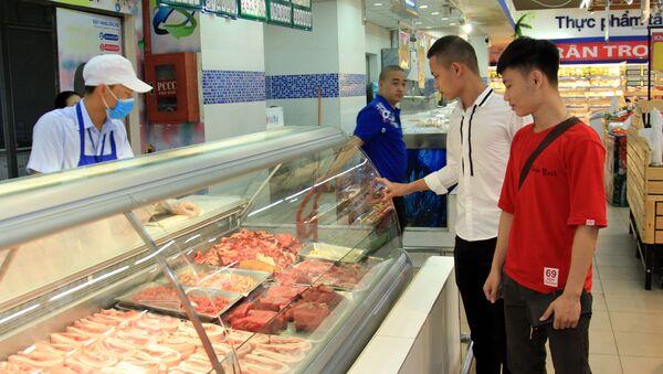 Khách hàng chọn mua thịt lợn tại siêu thị Co.opmart Hà Đông (Hà Nội).  - Sputnik Việt Nam