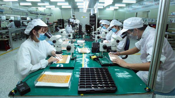 Sản xuất linh kiện điện tử tại Công ty TNHH 4P tại xã Vĩnh Khúc, huyện Văn Giang.  - Sputnik Việt Nam