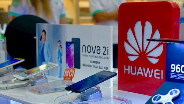 Smartphone Huawei được trưng bày trên quầy tại một siêu thị di động - Sputnik Việt Nam